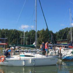 Manewry portowe podczas szkolenia żeglarskiego wporcie