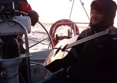 Andrzejki na zatoce-chłopiec z gitarą