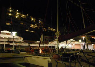 Szkoła żeglarstwa-rejs po Mazurach-hotel Gołębiewski nocą